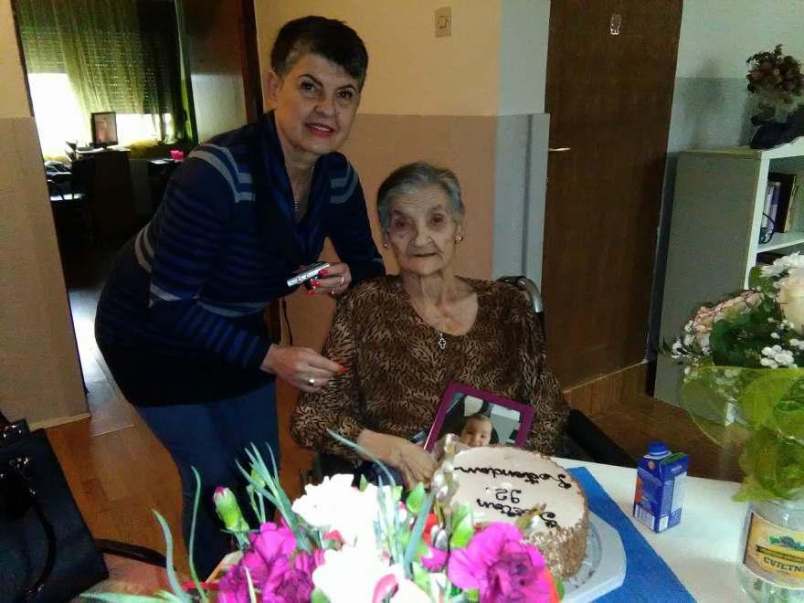 Proslava rođendana u domu za starije i nemoćne osobe